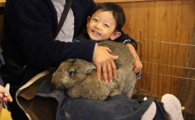 世界最大のウサギと記念撮影